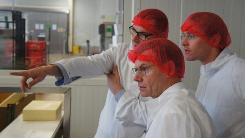 Geschäftsführer Andreas Pöppel erklärt Johann Wadephul und Daniel Günther den Betrieb.